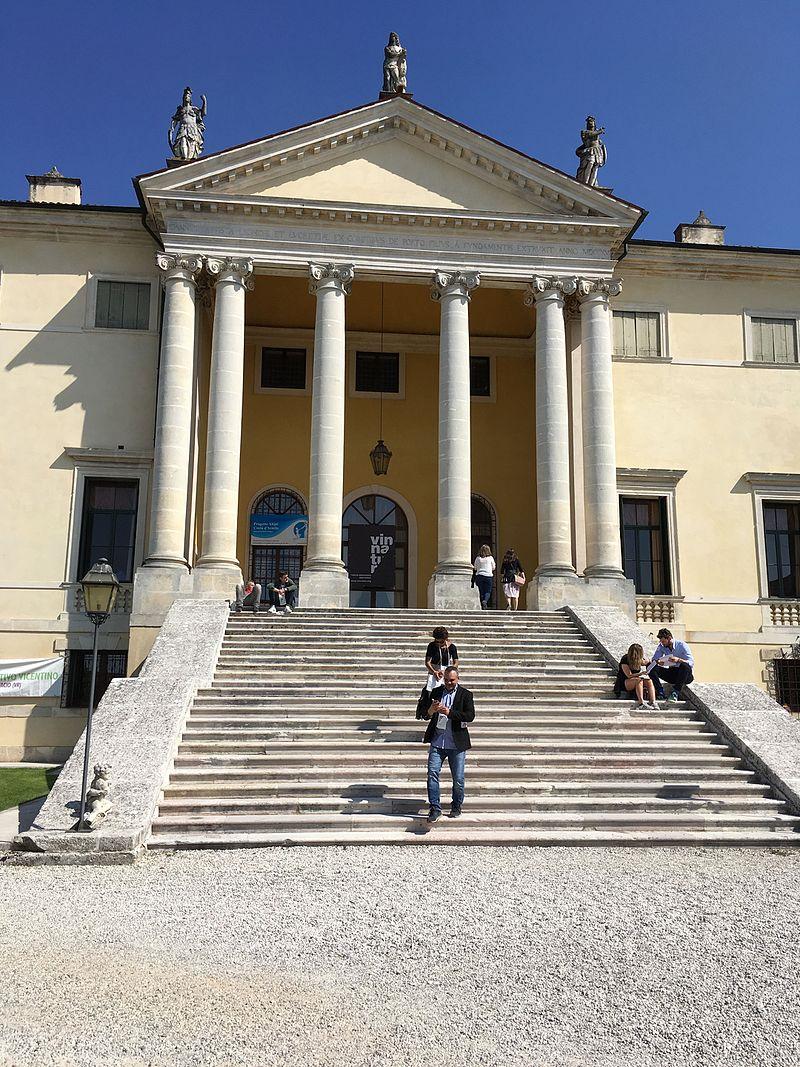 Villa antica con scalinata
